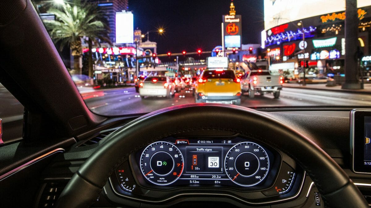 """Time-to-Green"": Der Fahrer sieht im Audi virtual cockpit oder Head-up-Display, ob er im Rahmen der erlaubten Geschwindigkeit die nächste grüne Ampel erreicht."